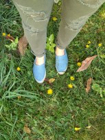 All you need is a pair of awesome espadrilles, ripped jeans and a few yellow flowers!